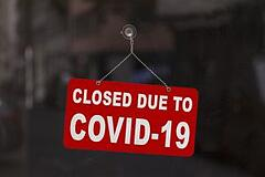 A store sign sayin closed due to COVID-19